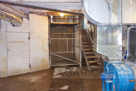 Камеры выращивания расположены на двух уровнях (следствие уклона рельефа местности). На фотогроафии лифт для поднятия мешков с компостом 3 фазы в камеры выращивания на верхнем уровне.