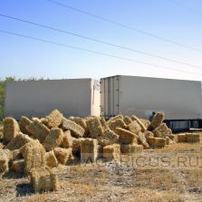 Один из вариантов транспортировки прессованной соломы с поля